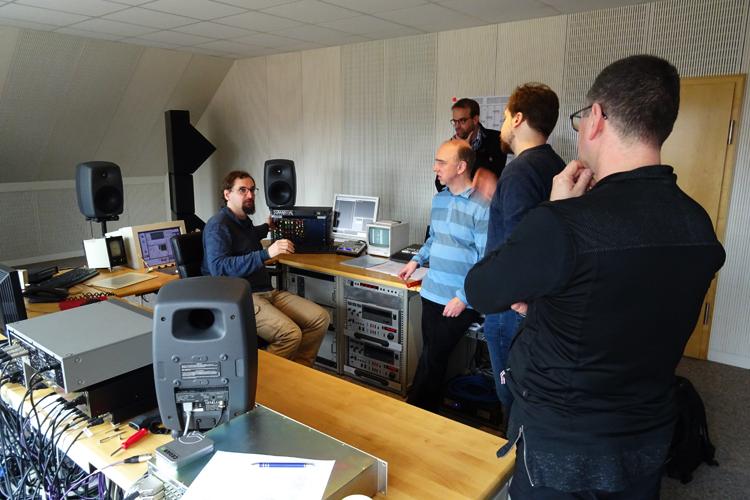 Mastering via V700er analogem Outboard von ADT. Konzentriertes Zuhören.